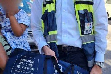 """ירושלים: ילדה ננעלה בשגגה ברכב לעיני אמה, כונן ידידים חילץ אותה בשלום • בידידים קוראים להורים לאמץ """"כלל מפתח"""""""