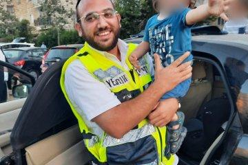 בית וגן: תינוק שננעל ברכב לבדו חולץ על־ידי מתנדב ידידים