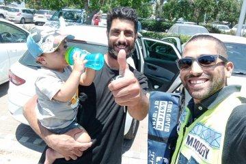 """רמת גן: תינוק ננעל ברכב לבדו בשגגה וחולץ בשלום על־ידי מתנדבי ידידים • """"קמתי מהמיטה ומיהרתי למקום"""""""
