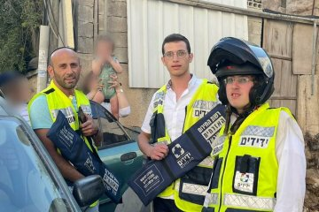 """ירושלים: פעוטה ננעלה ברכב לעיני הוריה וחולצה בשלום ע""""י כונני ידידים • בידידים קוראים להורים לאמץ """"כלל מפתח"""""""
