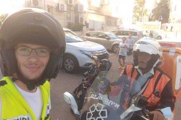 פתח־תקווה: פעוטה שננעלה בשגגה ברכב תחת השמש הקופחת, חולצה בשלום על־ידי מתנדבי ידידים