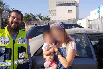 """גדרה: תינוקת כבת שנה וחצי ננעלה בשגגה ברכב לעיני אמה • כונן ידידים חילץ אותה בשלום • בידידים קוראים להורים לאמץ """"כלל מפתח"""""""