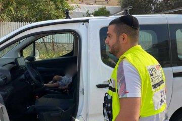 נתניה: פעוטה שנעלה את עצמה לבדה בתוך רכב חולצה בשלום על־ידי מנהל הסניף