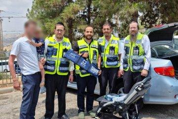 """ירושלים: ילד כבן שלוש ננעל בשגגה ברכב לעיני אביו וחולץ בשלום על ידי מתנדבי ידידים • בידידים קוראים להורים לאמץ """"כלל מפתח"""""""