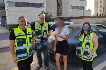 """אור עקיבא: ילד ננעל בשגגה ברכב, מתנדבי ידידים חילצו אותו בשלום • בידידים קוראים להורים לאמץ """"כלל מפתח"""""""
