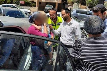 """ירושלים: תינוק ננעל בשגגה ברכב, מתנדבי ידידים חילצו אותו בשלום • """"האמא חיבקה בהתרגשות את הילד"""" •בידידים קוראים להורים לאמץ """"כלל מפתח"""""""
