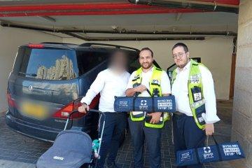 """ירושלים: תינוק ננעל בשגגה ברכב, מתנדבי ידידים חילצו אותו בשלום • בידידים קוראים להורים לאמץ """"כלל מפתח"""""""