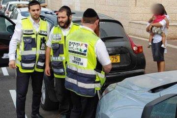 אלעד: פעוטה שננעלה ברכב חולצה בשלום על־ידי מתנדבי ידידים