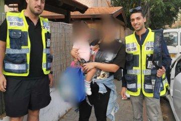 """ראשון לציון: שני ילדים ננעלו בשגגה ברכב, מתנדבי ידידים חילצו אותם בשלום • בידידים קוראים להורים לאמץ """"כלל מפתח"""""""