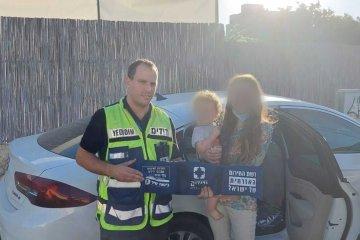 """באר שבע: תינוק שננעל בשגגה ברכב חולץ בשלום על־ידי מתנדבי ידידים • ההורים נקראים לאמץ """"כלל מפתח"""""""