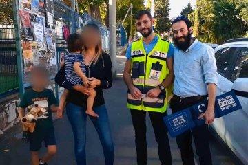 """רמת ישי: תינוק בן שנה וחצי ננעל ברכב לבדו וחולץ בשלום על ידי מתנדבי ידידים • """"לראשונה חילצתי ילד נעול מרכב. כשהאמא בכתה הבנתי שפשוט הצלתי חיים"""""""