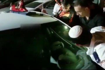 תינוקת שננעלה בשגגה ברכב בגן ארועים עין חמד חולצה בשלום על ידי כונן ידידים