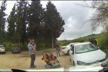 שני תינוקות ננעלו ברכב בשטח, מנהל מרחב נגב בידידים חילץ אותם במהירות