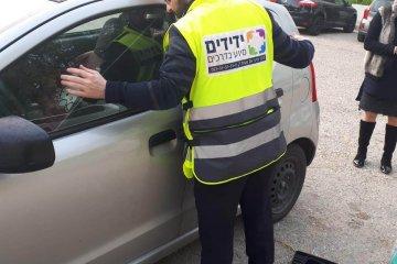 """אשדוד: ילד שננעל ברכב חולץ ע""""י ידידים"""