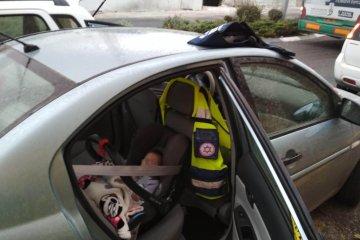 ילד שננעל ברכב חולץ בשלום על ידי ידידים
