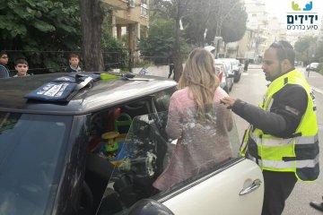פתח תקווה: כונני ידידים חילצו בשלום פעוט שננעל ברכב