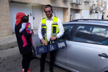 ירושלים: כונן ידידים חילץ פעוטה מרכב נעול בשכונת גילה