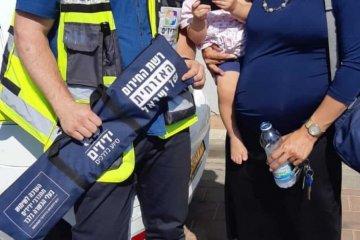 כונני ידידים חילצו בשלום תינוק שננעל ברכב בפתח תקווה