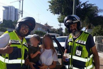 שני ילדים שננעלו בשגגה ברכב חולצו בשלום על ידי מתנדבי ידידים