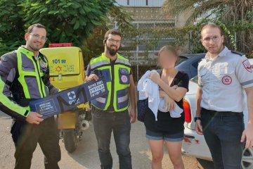 רמת גן: כונני ידידים חילצו במהירות תינוק מרכב נעול