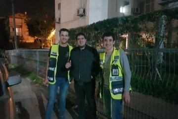 תל-אביב: שני פעוטות שננעלו בשגגה ברכב לעיני אמם חולצו בשלום על ידי כונני ידידים