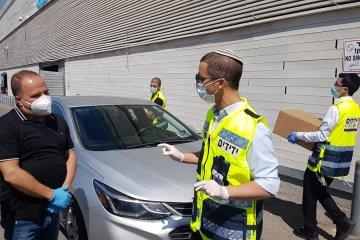 אשקלון: מתנדבי ידידים חילקו מאות סלי מזון לקשישים ומשפחות מעוטי יכולת • הסלים סופקו על ידי עיריית אשקלון