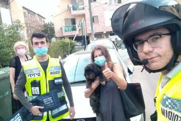 בני ברק: כלב ננעל בשגגה ברכב וחולץ על ידי כונני ידידים