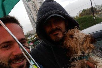 בת ים: תחת גשם זלעפות, כונן ידידים חילץ כלב שננעל לבדו ברכב