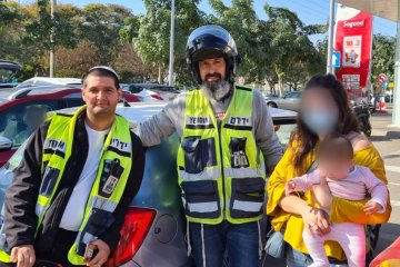 """נתניה: תינוקת ננעלה בשגגה ברכב לעיני אימה, כונני ידידים חילצו אותה בשלום • בידידים קוראים להורים לאמץ את """"כלל המפתח"""""""