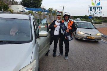 """פתח תקווה: שני ילדים קטנים ננעלו בשגגה ברכב וחולצו במהירות על ידי מתנדבי ידידים • """"לא משאירים ילד ברכב אפילו לשנייה ומשאירים אצלנו את המפתח"""""""