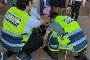 """מודיעין עילית: כונני ידידים חילצו בשלום רגלו של ילד שנלכדה באופניו • """"הבאנו כלים מיוחדים בשל ההתרחשות המורכבת"""""""