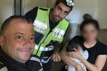 חולון: אמא ותינוקה בן השבועיים בלבד נלכדו במעלית • כונני ידידים חילצו אותם לשלום