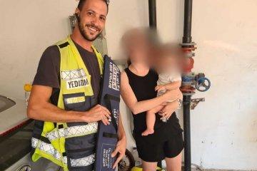 """תל אביב: תינוקת ננעלה בשגגה ברכב לעיני אמה, כונני ידידים חילצו אותה בשלום • בידידים קוראים להורים לאמץ """"כלל מפתח"""""""