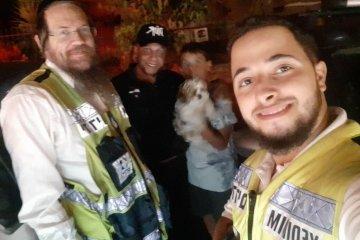 """ירושלים: כלב ננעל ברכב בשגגה, מתנדבי ידידים חילצו אותו במהירות ובשלום • """"בדרך לסיוע פנצ'ר שיניתי כיוון ומיהרתי לחלץ את הכלב"""""""