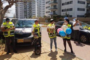 מרגש: המתנדבים חגגו יום הולדת לקשיש אשקלוני בודד