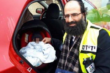 תינוק חולץ בשלום מרכב נעול על ידי כונן ידידים