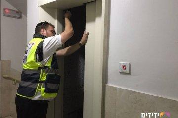 חילוץ עובדי עיריית ביתר עילית שנתקעו במעלית